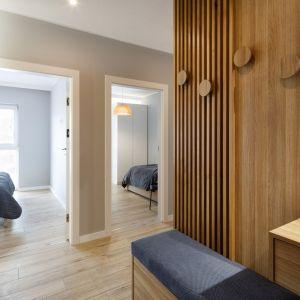 Na prost wejścia do mieszkania znajdują się dwie sypialnie. Projekt: Czajkowski Kluźniak Architekci. Fot. Archifolio / Tomasz Zakrzewski