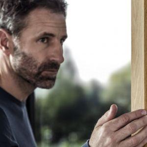 KALEIDO WOODEC sprawi, że niemal nie odróżnisz okien PVC od drewnianych. Nowe, matowe okleiny, ze strukturą prawdziwego drewna, zmienią Twoje okna na lata. Fot. REHAU