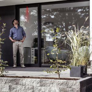 Nowoczesne okna REHAU dbają o nasz komfort, bezpieczeństwo oraz zapewniają nieograniczone możliwości aranżacyjne. Fot. REHAU