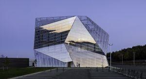 Fasada ze skórą podwójną to tradycyjna fasada, na którą nałożono dodatkową, zewnętrzną warstwę stworzoną zazwyczaj ze szkła.