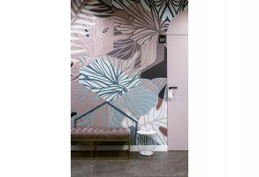 Architekci zdecydowali się na połączenie różnych deseni i wzorów. Na ścianie w części recepcyjnej pojawił się roślinny print. Stanęły tam także pikowane ławy w stylu glamour i jasne krzesła. Projekt: Madama. Fot. Yassen Hristov/Hompics