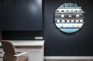 Drugi gabinet spa utrzymany jest w ciemniejszych kolorach, zarówno jeśli chodzi o ściany, jak i dodatki. Projekt: Madama. Fot. Yassen Hristov/Hompics