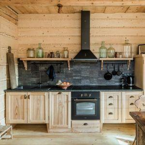 """Dziś w """"Korniłowiczówce"""" tradycja spotyka się z nowoczesnością. Oryginalne drewniane szafy w kuchni połączono z nowoczesnymi urządzeniami AGD w stylistyce retro. Fot. mat. prasowe LLoyd Group"""