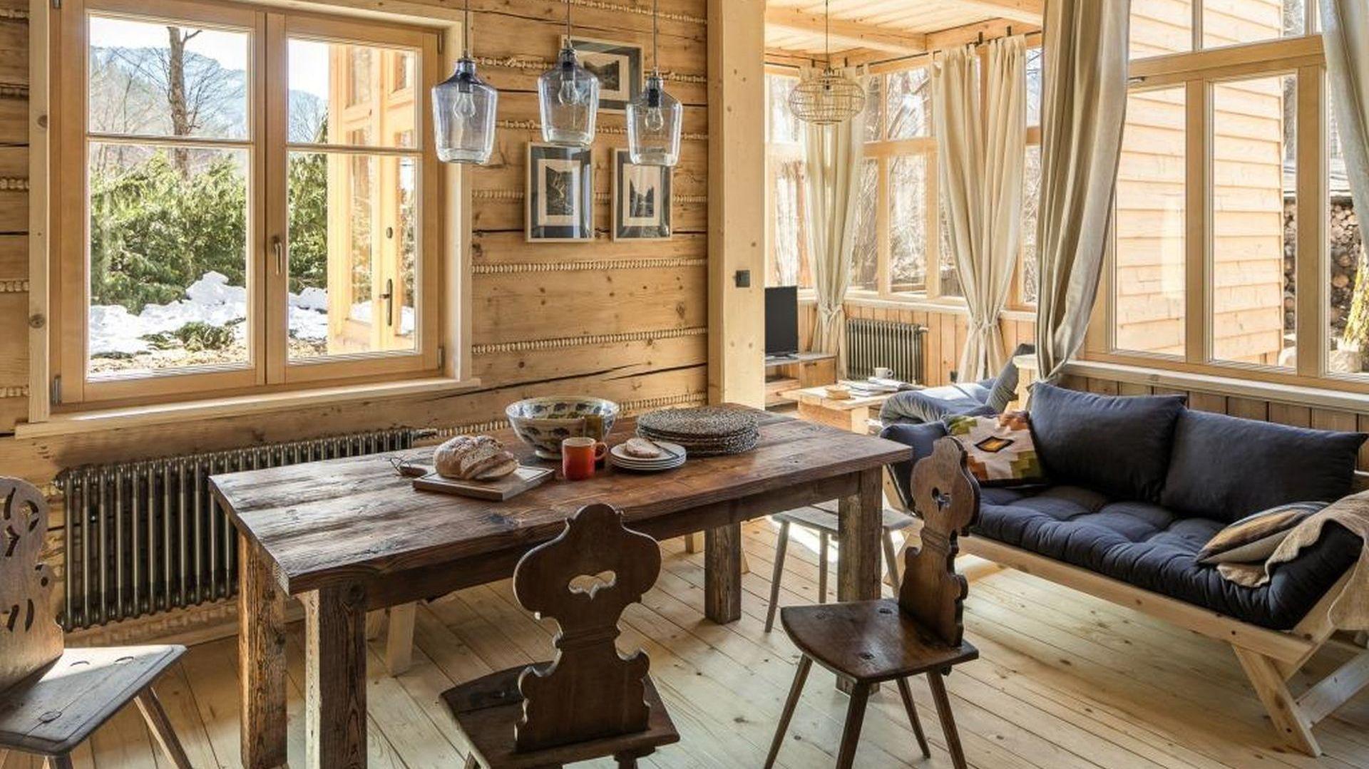 Starannie dobrane elementy wystroju i detale napełniają dom specyficzną, przyjemną aurą. W