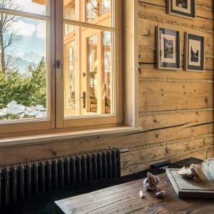 """Pięknie zdobione drzwi, mnóstwo rzeźbionych ornamentów na drewnianych płazach, z których zbudowane są ściany, wspaniale oddaje wielowiekową tradycję """"Korniłowiczówki"""". Fot. mat. prasowe LLoyd Group"""
