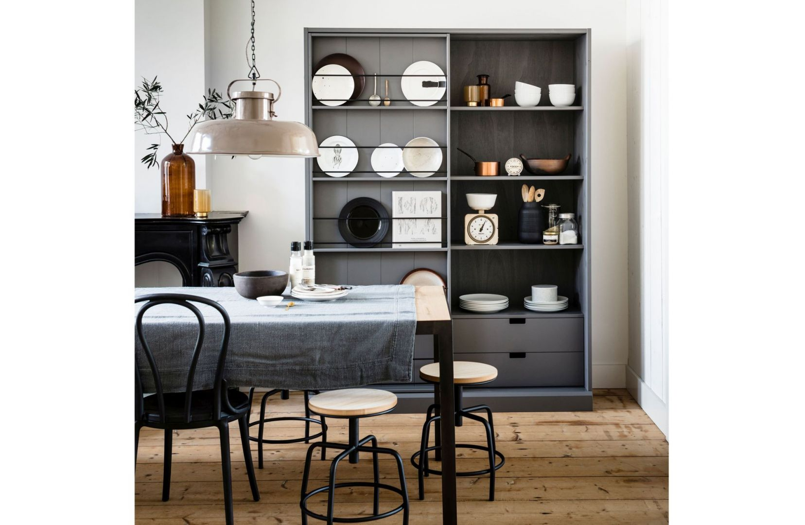 Regały otwarte mogą służyć zarówno do przechowywania, jak też jako miejsce ekspozycji dekoracyjnych przedmiotów. Fot. Dutchhouse