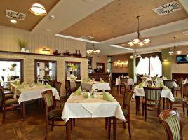 Restauracja Zielnik to Jedna z wielu restauracji zlokalizowanych w Hotelu Fajkier, która jest utrzymana w naturalnych barwach zieleni, brązu i kremowej bieli. Projekt i zdjęcie: Zarzyccy Studio Art-Design