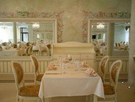 Białe meble w stylu Ludwika XV nadają wnętrzu balowy, elegancki charakter. Wykończania ścian freskami w kolorze ciemnego złota i połyskujące tynki dekoracyjne dodają wnętrzu odrobinę przepychu, który sprawia że sala staje się ciekawsza. Projekt i zdjęcia: Zarzyccy Studio Art-Design