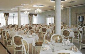 Przestronna sala charakteryzuje się elastycznym układem stołów, co umożliwia przyjęcie różnej ilości gości. Projekt i zdjęcia: Zarzyccy Studio Art-Design