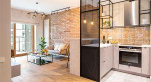 Mieszkanie w kamienicy na Grzybowskiej to dowód na to, że nowoczesne wnętrza z mocną, industrialną nutą jednocześnie mogą być przytulne i pełne ciepła.