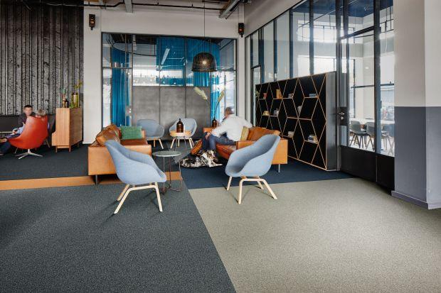 Nowoczesne płytki dywanowe to dobre rozwiązanie, które sprawdza się szczególnie wprzestrzeniach biurowych czy bibliotekach, czyli tam, gdzie liczy się komfort akustyczny. Zapewniają one miękkość pod stopami, a także najwyższe właściwości