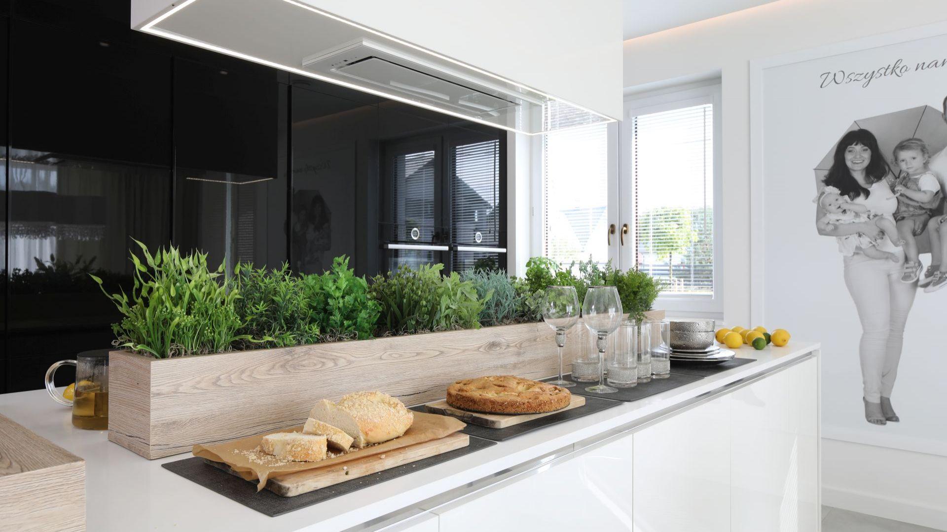 Kuchnia dla rodziny - eleganckie wnętrze w czerni i bieli