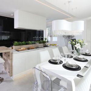 Pomysł na rodzinną kuchnię ewoluował do chwili, gdy właściciele domu zobaczyli wersję z czarną zabudową i zamykaną przestrzenią zlewozmywaka. Od razu ją zaakceptowali. Projekt: Dariusz Grabowski. Fot. Bartosz Jarosz