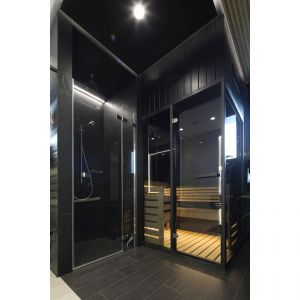 Ławeczki i podłoga w saunie musiały zachować tradycyjny kolor naturalnego drewna. Projekt: arch. Dariusz Grabowski. Fot. Bartosz Jarosz