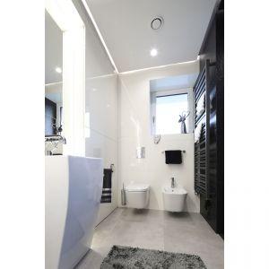 Przestrzeń sanitarno-higieniczną, z umywalkami i toaletą zaakcentowano lśniącą bielą ścian. Projekt: arch. Dariusz Grabowski. Fot. Bartosz Jarosz