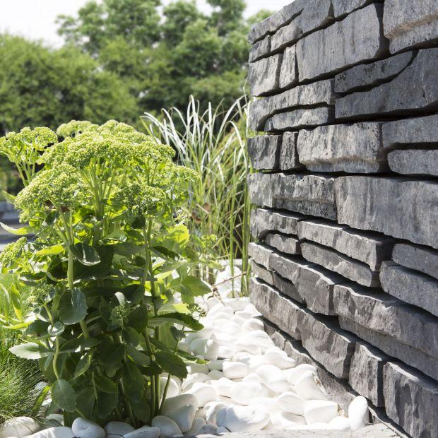 Nawierzchnie ogrodowe - betonowe murki inspirowane kamieniem
