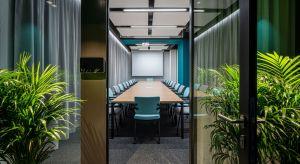 Zapraszający charakter siedzibie firmy Unidevelopment nadaje naturalna, relaksująca zieleń.Autorem koncepcji wnętrza opartej na połączeniu elementów industrialnych z zielenią jest firma Tétris, która wykonała prace w pełnym zakresie Design +