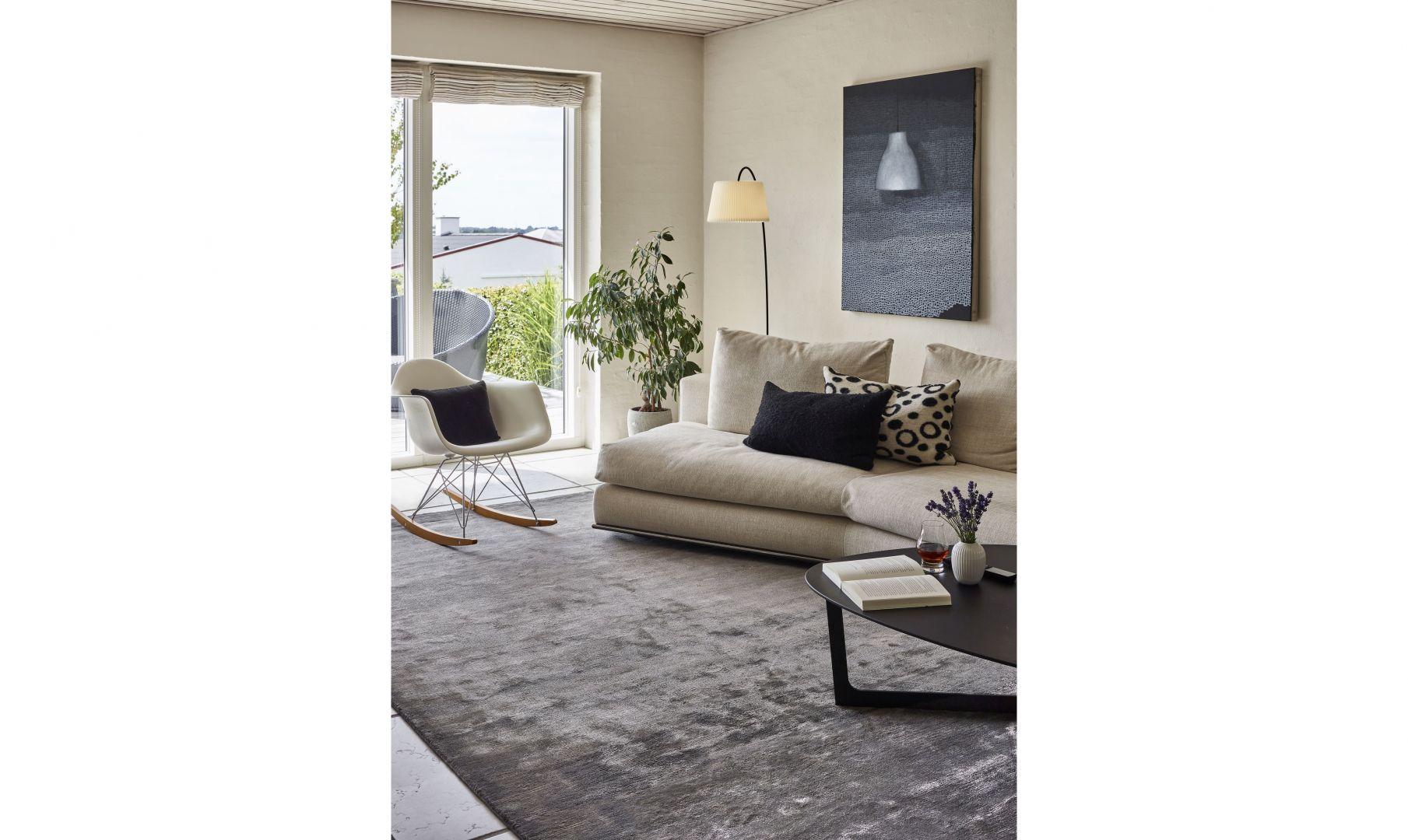 Szary dywan gładki Northern Light Smoke 7021/Carpets&More. Produkt zgłoszony do konkursu Dobry Design 2020.