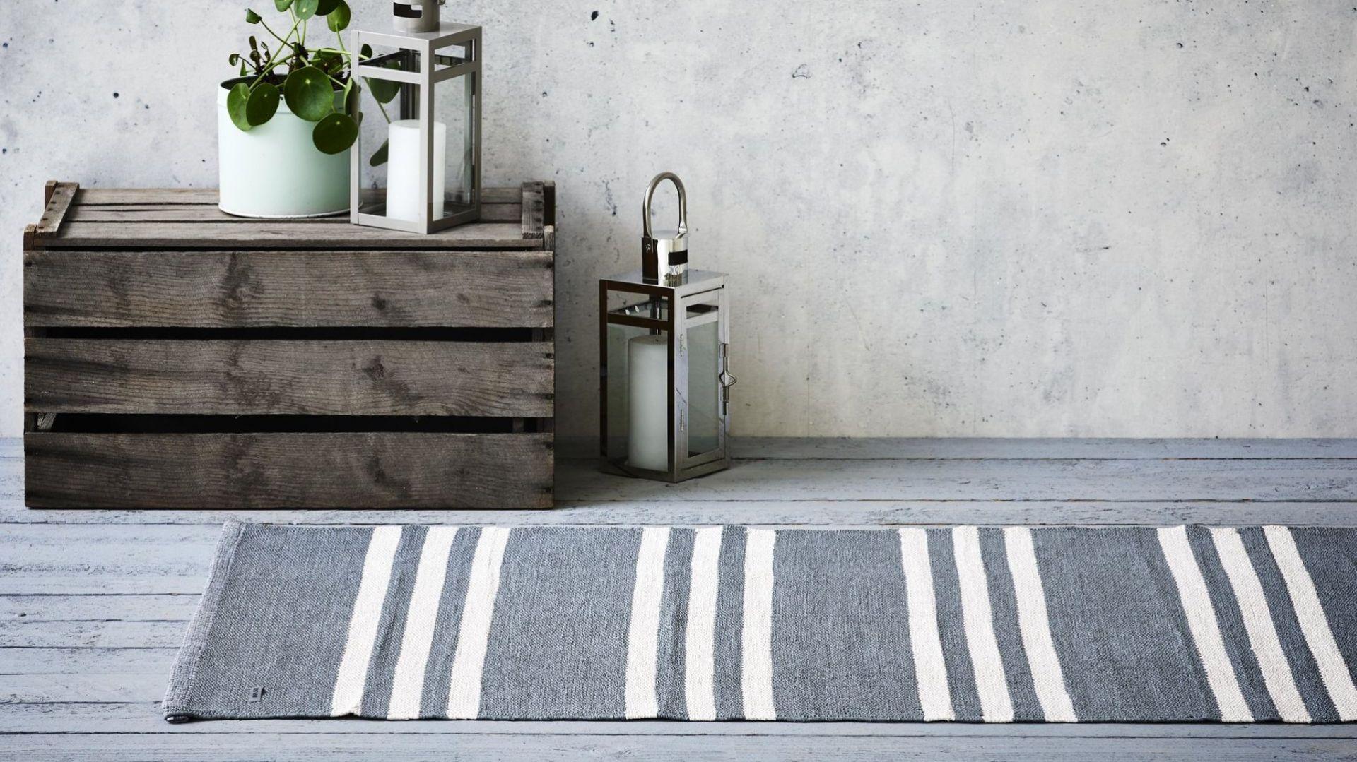 Dywan na balkon/taras z recyklingu - Plastic Grey Offwhite Striped 0019/Carpets&More. Produkt zgłoszony do konkursu Dobry Design 2020.