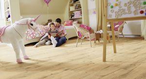 Pokój dziecka to pomieszczenie bardzo wymagające i niezwykle trudne do urządzenia. Z jednej strony musi być ono zgodne z gustem i upodobaniami małego lokatora, z drugiej – funkcjonalne, bezpieczne i dostosowane do wieku malucha.