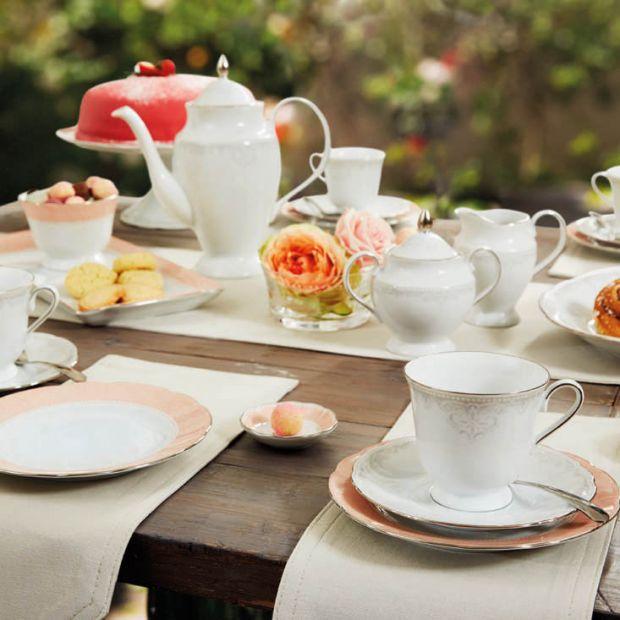Piękna porcelana - kawa z eleganckiego serwisu