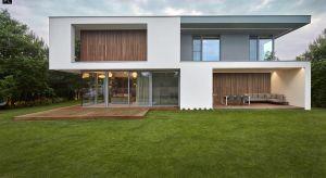 Dom po przekątnej to projekt podmiejskiej willi, której elewację pokryto deską zmieniającą kolor wraz z upływem czasu.