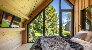 W nadmorskiej miejscowości Jezierzany nad jeziorem Wicko powstał otoczony drzewami mikroświat – innowacyjne miejsce stworzone z pasji do okolicznej tradycyjnej architektury i potrzeby nowoczesności.