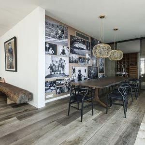 Drewniana podłoga w jadalni jest efektowna i praktyczna. Fot. Chapel Parkiet