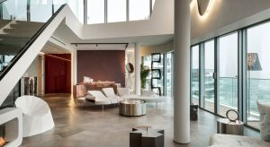 Wnętrza penthouse'u One-11, zaprojektowane przez Zaha Hadid Architects, są przykładem stonowanego luksusu, który opiera się na materiałach najlepszej jakości, wyważonym designie i jasno określonych proporcjach.