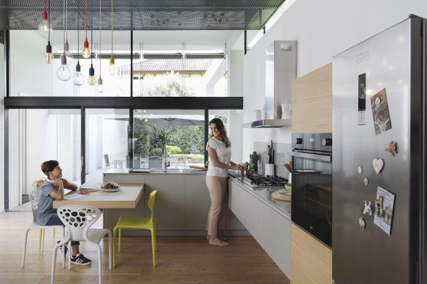 Dzisiejsza kuchnia jest wielofunkcyjnym miejscem, szczególnie gdy ulokowana jest w strefie reprezentacyjnej domu lub mieszkania. Jako część salonu musi być zaprojektowana niezwykle starannie, z zastosowaniem sprytnych rozwiązań.