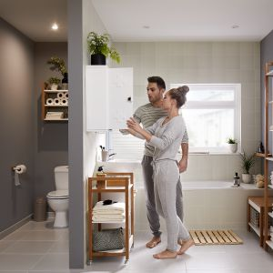 NATUA - ciekawy design, bazujący na połączeniu śnieżnej bieli z drewnianymi akcentami pozwoli wprowadzić do pomieszczenia odrobinę nowoczesnego charakteru. Fot. GoodHome