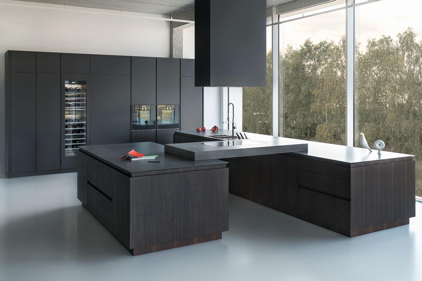 Z4 – luksusowo wykończony model, który świetnie wpasuje się w rozległą przestrzeń domu lub apartamentu. Fronty mebla pokryte zostały fornirem dąb wędzony, w którym główną rolę grają subtelne odcienie drewna, dynamizujące wygląd kuchni. Fot. Zajc