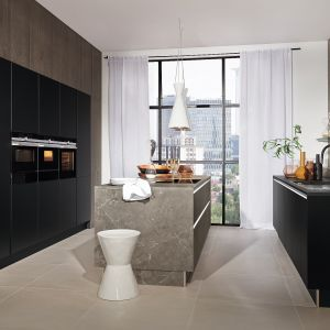 MANHATTAN | PLUS - model został wzbogacony o nowe wykończenie w kolorze Marmor Grau, które jest jednocześnie eleganckie i szlachetne. Wyspa zapewnia kuchni wizualną równowagę, a jednocześnie dodaje lekkości. Fot. Nolte Küchen