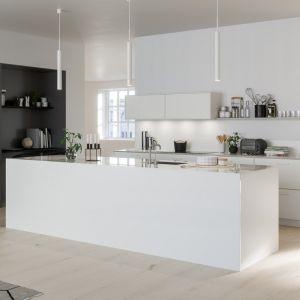SYSTEM 10-BISTRO to stylowe meble w białej odsłonie. Wyspa kuchenne w pełni pokryta jest 12-milimetrowym białym kamieniem kompozytowym. Fot. Ballingslov