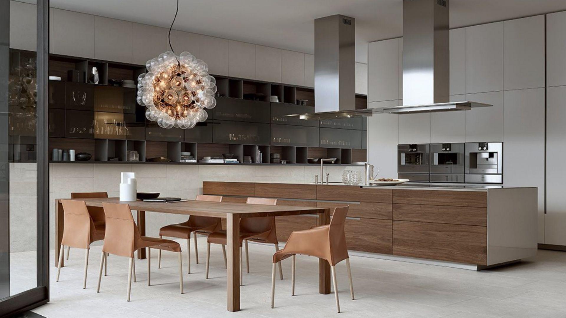 PHOENIX - kuchnię cechują nowoczesne wzornictwo i ekskluzywne wykończenia. Jednolite powierzchnie wysokiej zabudowy są tłem dla wyspy, która w kompozycji odgrywa główną rolę. Fot. Poliform / Mood-Design
