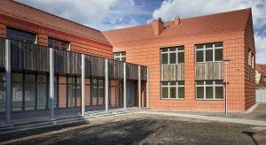 Kreatywne podejście architektów odpowiedzialnych za projektrozbudowy Szkoły Podstawowej im. Jana Pawła II w Psarach na Dolnym Śląsku zaowocowało budynkiem,w którym dachówka ceramiczna pojawia się nie tylko jako wykończenie dachu, ale także