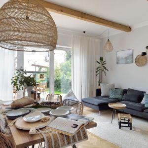 Zasłony w salonie - doskonały sposób na dekorację okna. Projekt: Fot. Łukasz Nowosadzki - Archilens.pl