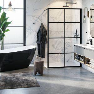 FABRIKA - kabinę walk-in wyróżniają unikatowe, czarne szprosy wykonane z aluminiowego profilu, które podkreślają surowy, elegancki charakter łazienki. Fot. Excellent