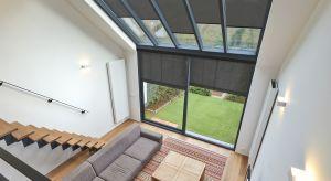 W nowoczesnych wnętrzach coraz częściej spotykamy duże przeszklenia okienne, niekiedy zajmujące nawet całą ścianę. Gwarantują one odpowiednie doświetlenie pomieszczenia i możliwość cieszenia się niezmąconym widokiem zieleni za oknem. Mogą