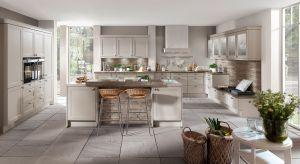 Piękne, klasyczne formy mebli oraz stonowana kolorystyka budują sielski klimat w kuchni. Dzięki nim możemy powrócić do smaków, jakie znamy z dzieciństwa, by cieszyć się beztroską przy wspólnym gotowaniu.