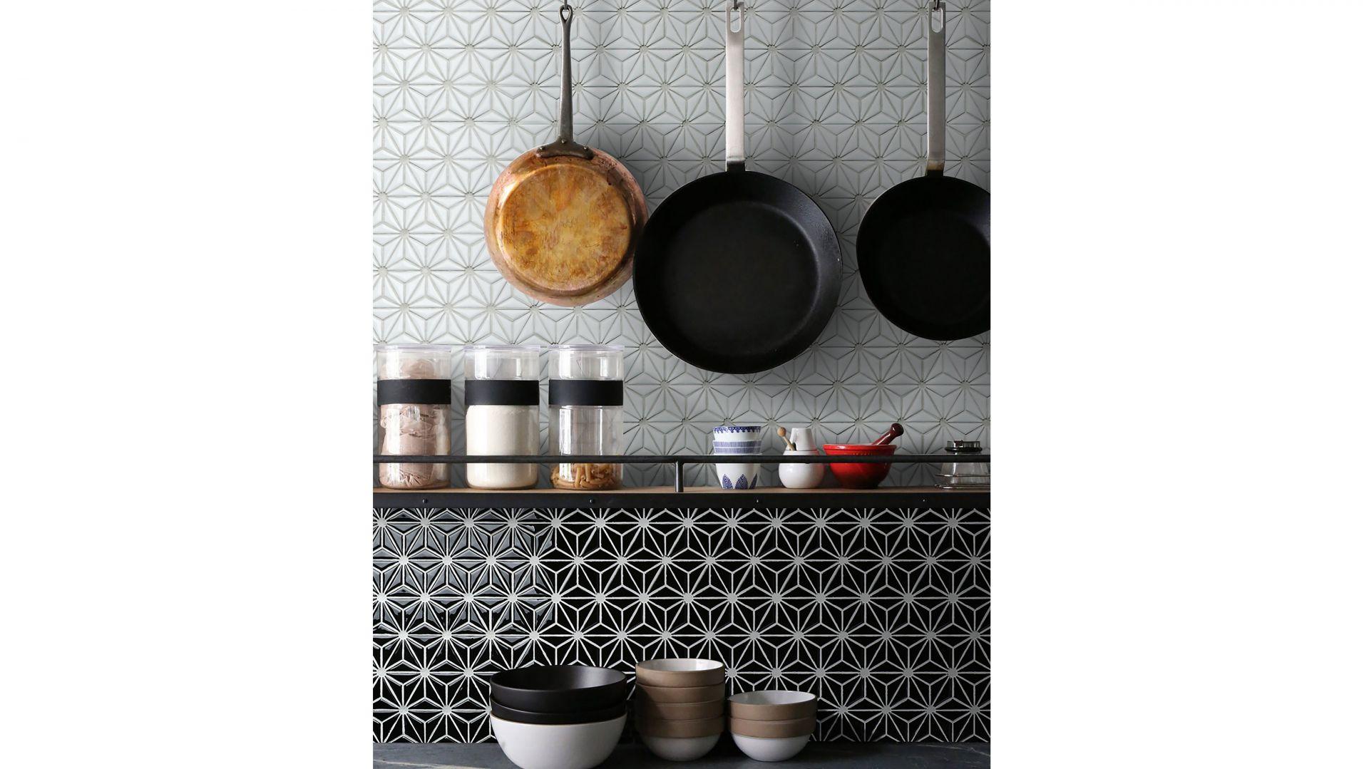 Czarno-biała mozaika z kolekcji Constallation tworzy efektowny wzór. Fot. Raw Decor