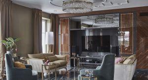 400-metrowy dom, wybudowany w latach 90. na przedmieściach Warszawy domagał się gruntownego remontu. Inwestorzy oczekiwali od projektantów czegoś więcej niż sprawnego zrealizowania ulubionego schematu. Marzyli, by wnętrza po renowacji zaskoczyły