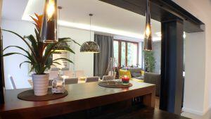 Projekt obejmował przebudowę strefy wejściowej wraz z projektem podciągu stalowego, a także aranżację wnętrz salonu, klatki schodowej, sypialni, łazienek i gabinetów. Projekt i zdjęcia: WM Architekci