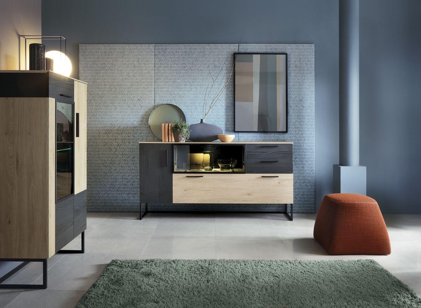 W kolekcji mebli do salonu i jadalni Cordoba zastosowano połączenia dekoru drewna w naturalnym i czarnym wybarwieniu. Fot. Meble Wójcik