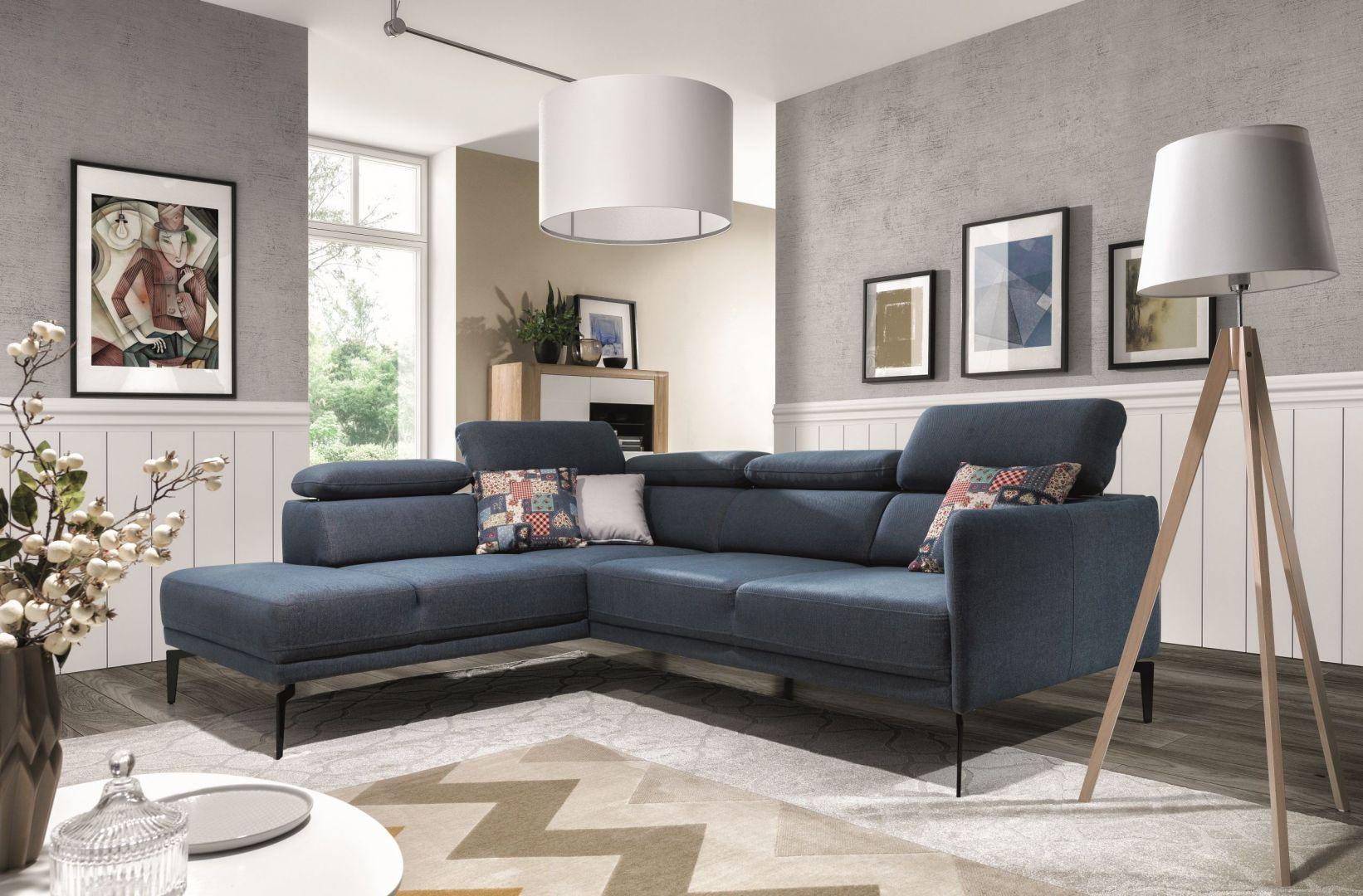 Narożna sofa Sidolo ma elegancką formę, opartą na wysokich nóżkach, wygodne oparcia i regulowane zagłówki. Fot. Stagra