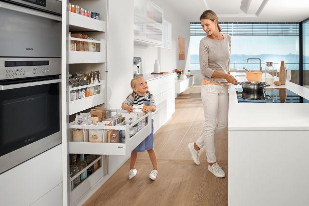 Urządzając kuchnię warto pamiętać o nowoczesnych systemach wyposażenia szafek, które ułatwiają codzienną pracę i przekładają się na komfort użytkowania.