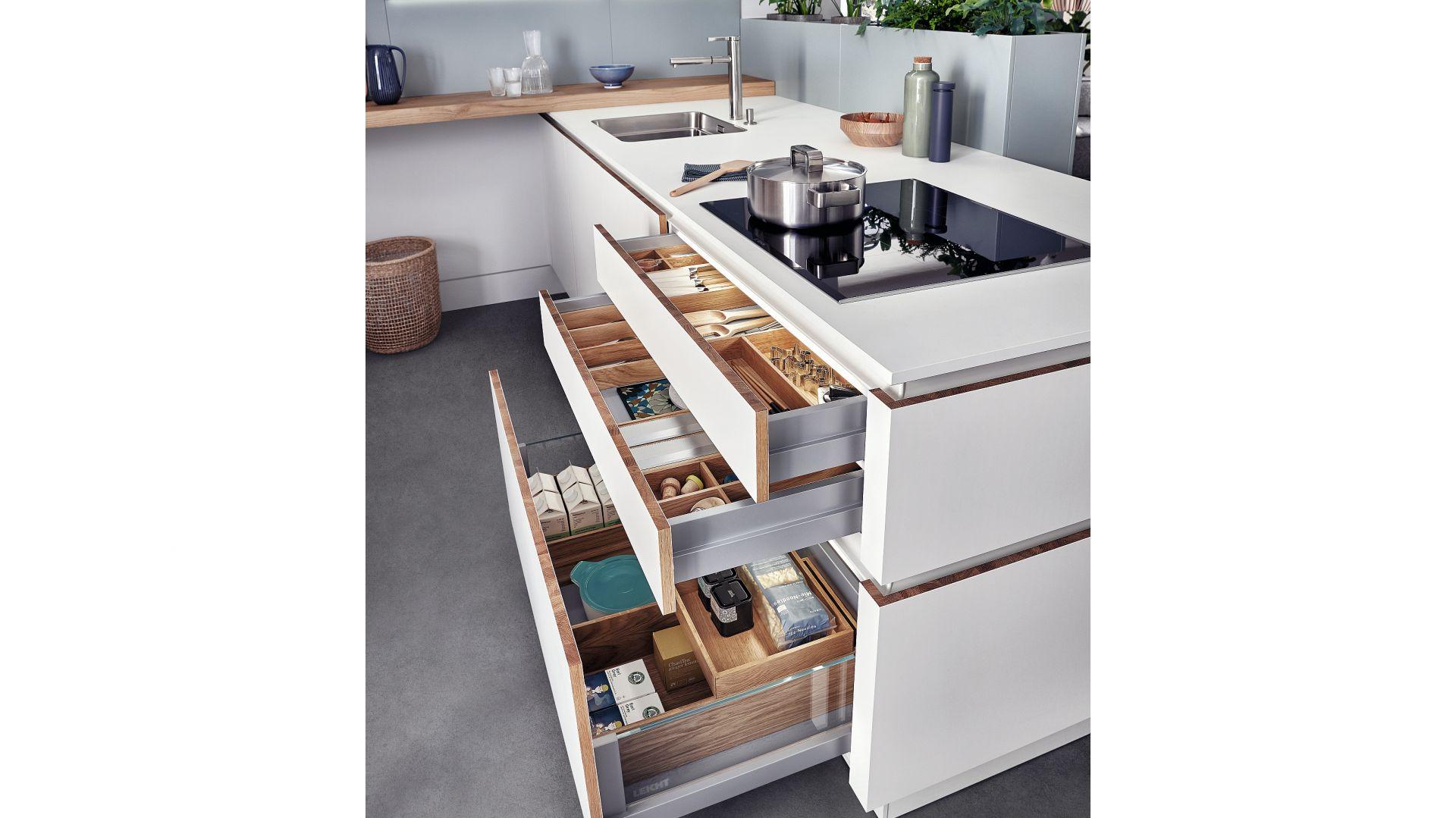 SOLID-C | VALAIS | CLASSIC-FS - funkcjonalny system szuflad wraz z organizacją wewnętrzną pozwala na efektowne przechowywanie podstawowych akcesoriów kuchennych. Fot. Leicht