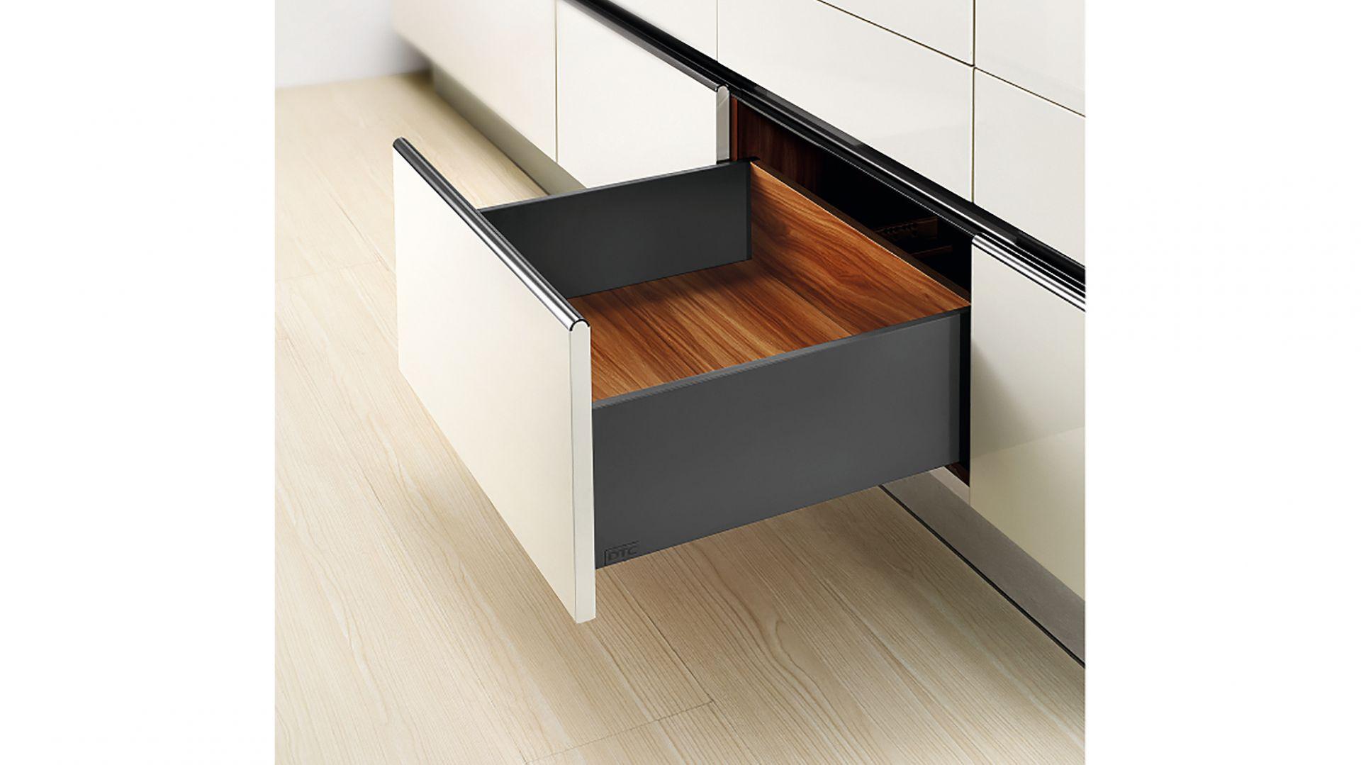 10 SLIM BOX - innowacyjny system szuflad wyposażony w ultracienkie płaszcze boczne charakteryzuje się nowoczesnym oraz gładkim wzornictwem. Zmniejszony rozmiar boków i wysokie obciążenie dynamiczne 40 kg. Fot. Amix