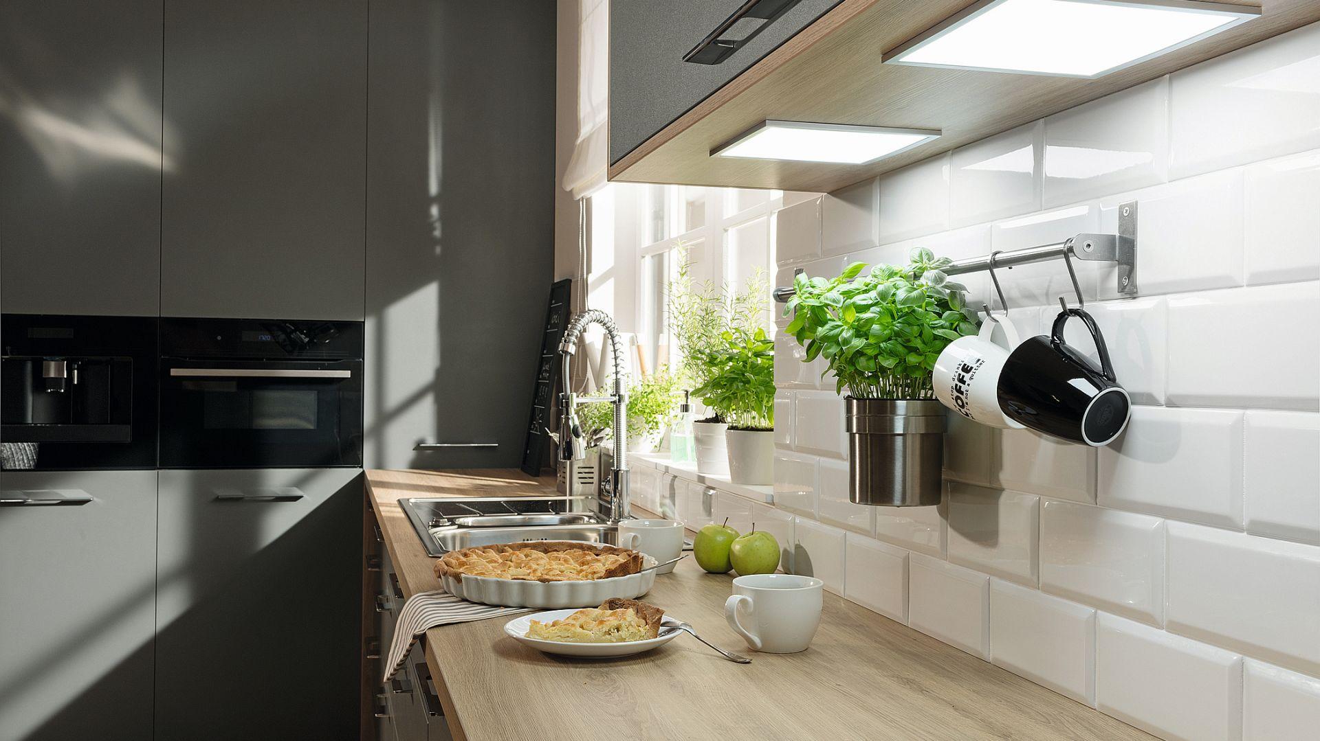 LOOX LED - systemy oświetlenia meblowego to prostota instalacji, wygoda i estetyka. Oparte na łatwych w montażu modułach, dodają klimatu wkuchni, doświetlają blaty i pozwalają lepiej dostrzec to, co kryją kuchenne szafki iszuflady. Fot. Häfele