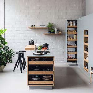 EXTENDO - praktyczne, wygodne półki o wszechstronnym  zastosowaniu użytkowania i ciekawym designie. Posiadają ergonomiczny kształt i są wyprofilowane z jednolitej blachy, tak by zachować wysoką sztywność. Fot. Peka